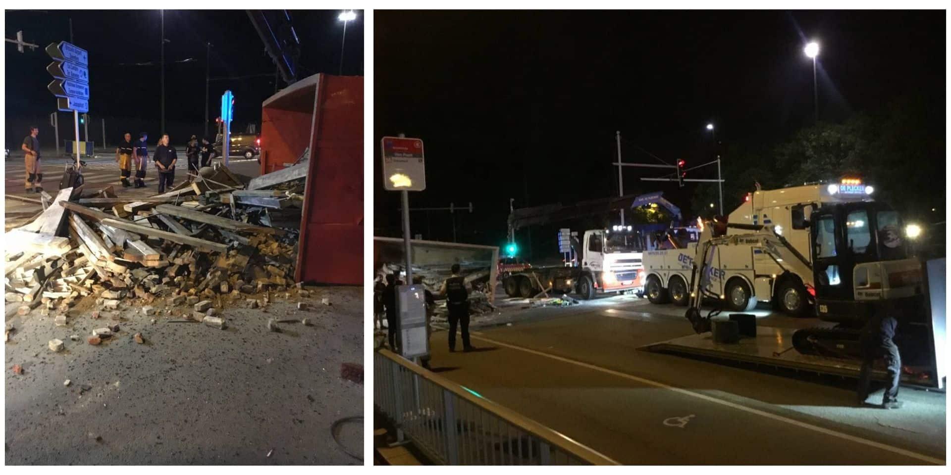 Un camion sur le flanc sur le pont Van Praet, le chauffeur légèrement blessé