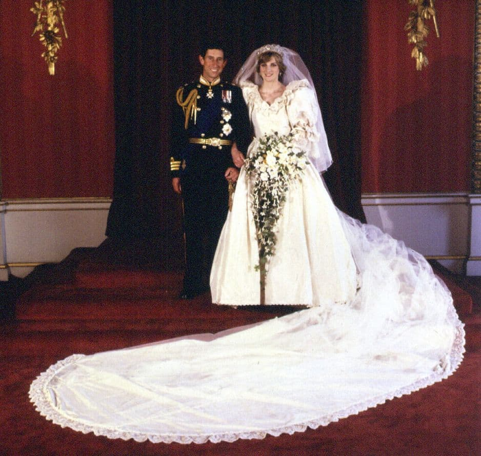 Diana Spencer et le prince Charles se disent oui le 29 juillet 1981. David et Elizabeth Emmanuel se sont occupés de la robe de celle qui allait charmer le Royaume-Uni (et le reste du monde). 10 000 sequins et perles y ont été consus et la traîne mesurait près de 8 mètres.