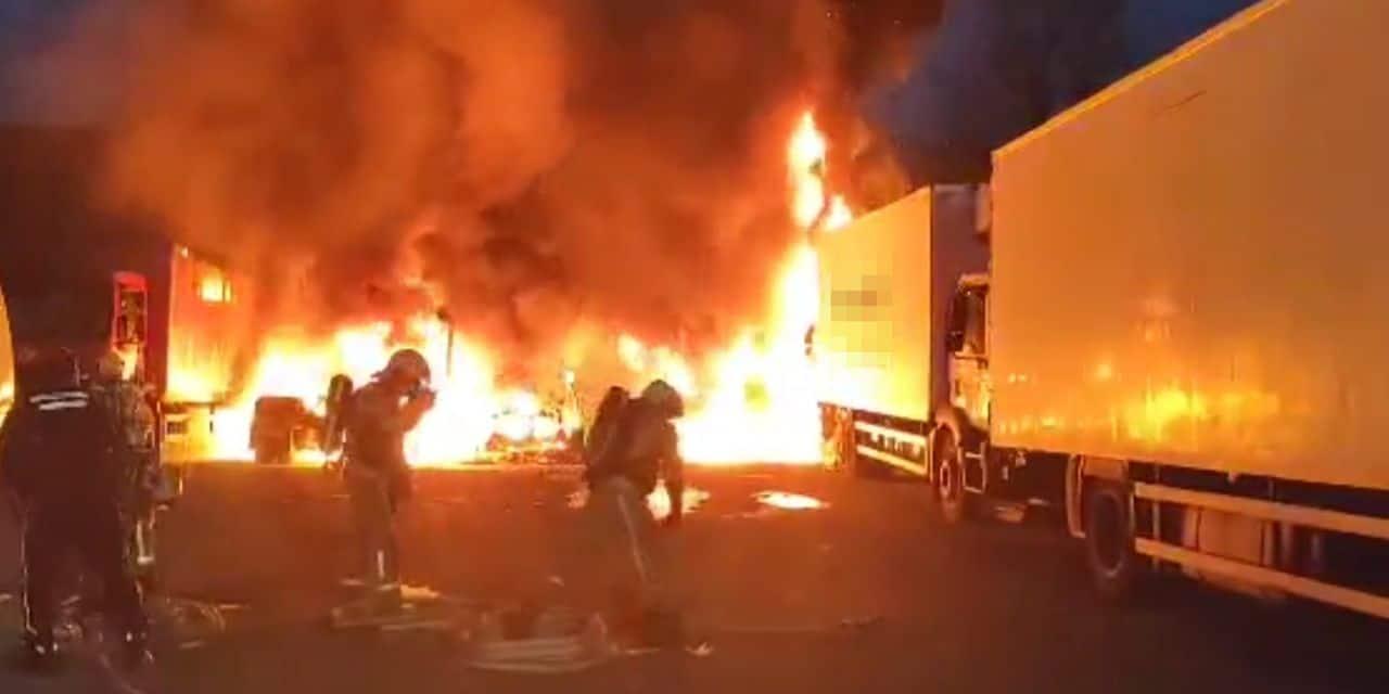 Une Tesla prend feu dans le zoning de Courcelles, plusieurs camions ont brûlé