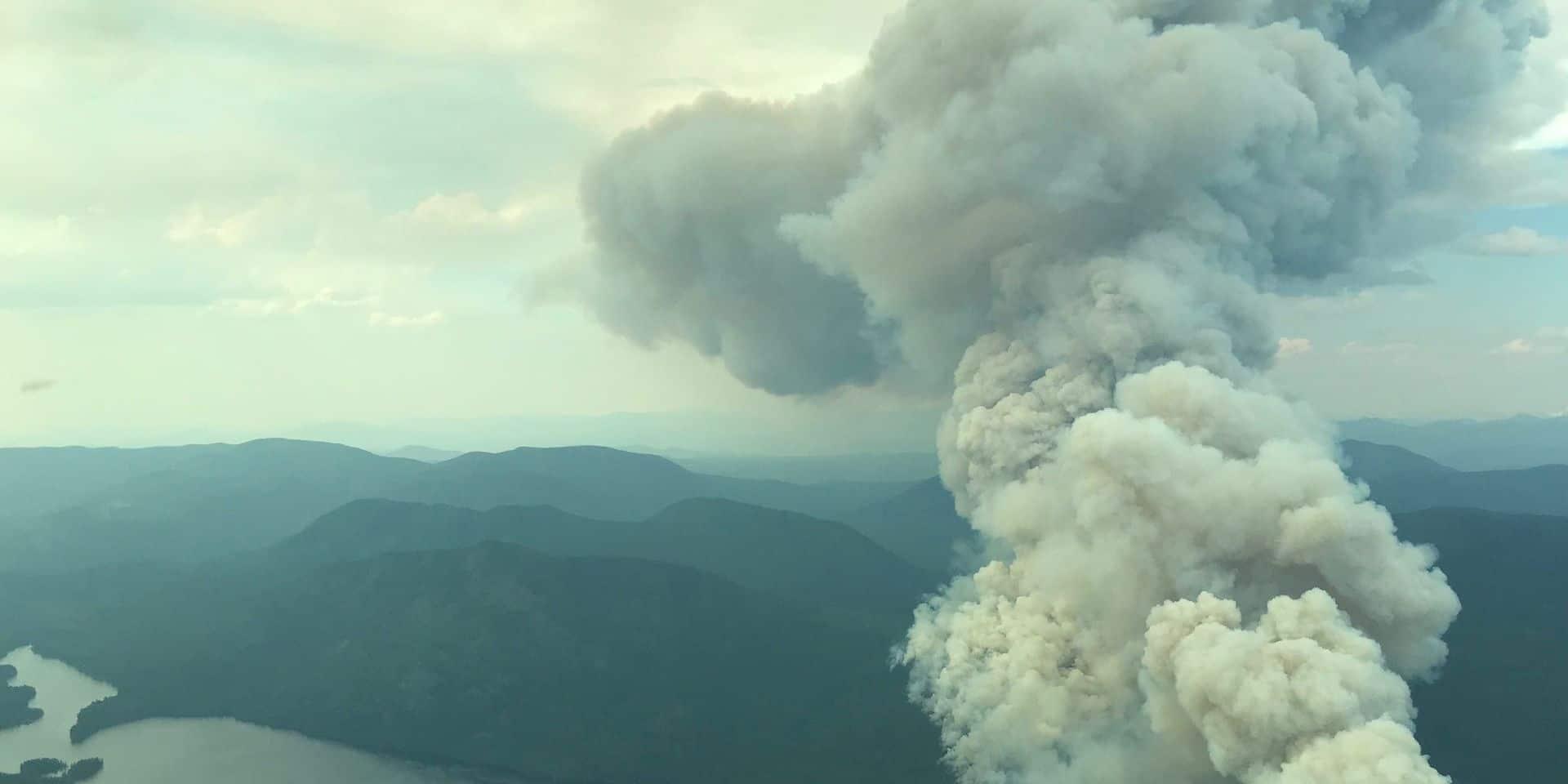 """Que sont les nuages """"cracheurs de feu"""" qui enveniment les incendies au Canada?"""