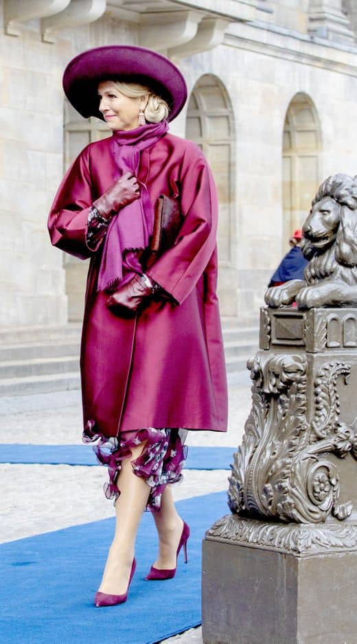 Sous la laine du manteau, une robe fluide. Maxima a tout bon.