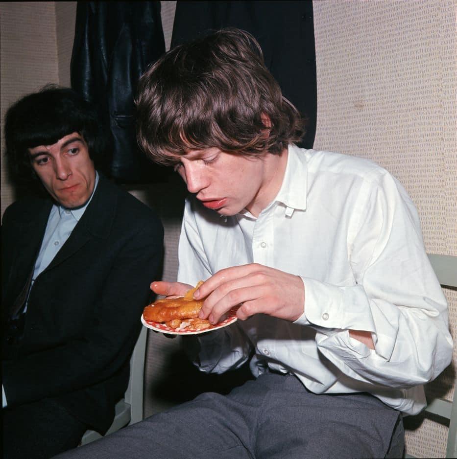 Quand les Rolling Stones étaient de jeunes loups affamés, ils portaient des costumes bien repassés. Comme les Beatles. De quoi trancher avec l'image de mauvais garçons que leur manager, Andrew Oldham, leur a (volontairement) collée.