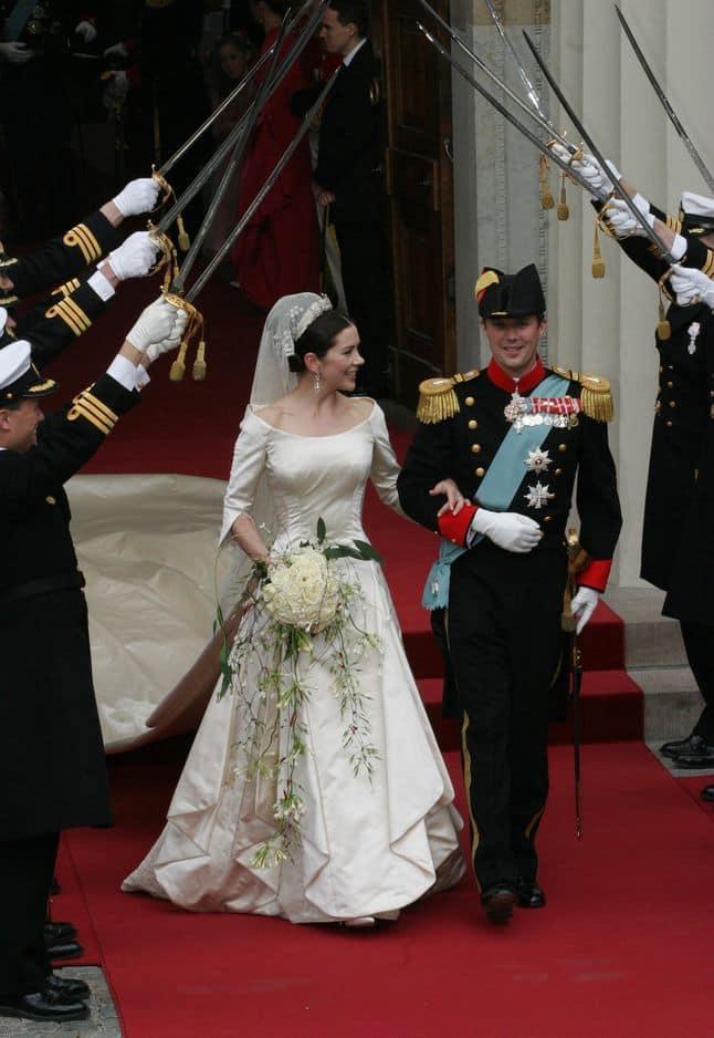 Le créateur danois Uffe Frank s'est chargé de la robe en satin couleur ivoire de Mary Donaldson. Elle épouse le prince danois Frederik le 14 mai 2004. Selon le                                 Telegraph, elle aurait fait coudre la bague de mariée de sa mère défunte à l'intérieur, tout près du coeur.