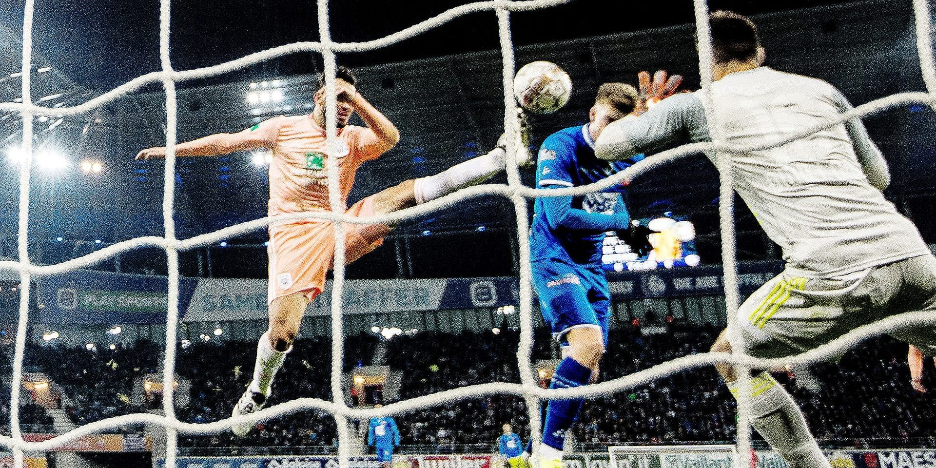 Anderlecht's goalkeeper Thomas Didillon and Gent's Alexander Sorloth scores an goal during a soccer match between KAA Gent and RSC Anderlecht, Sunday 20 January 2019 in Gent, on day 22 of the 'Jupiler Pro League' Belgian soccer championship season 2018-2019. BELGA PHOTO JASPER JACOBS