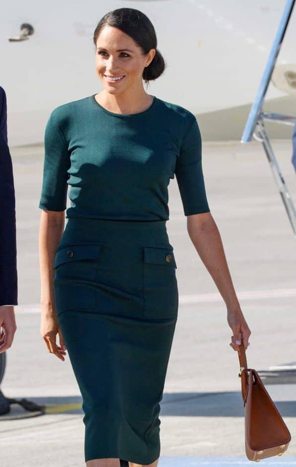 Depuis son mariage, la duchesse ne jure que par Givenchy. Elle a opté pour une robe moulante vert canard de la maison. La couleur est évidemment un clin d'oeil au pays.