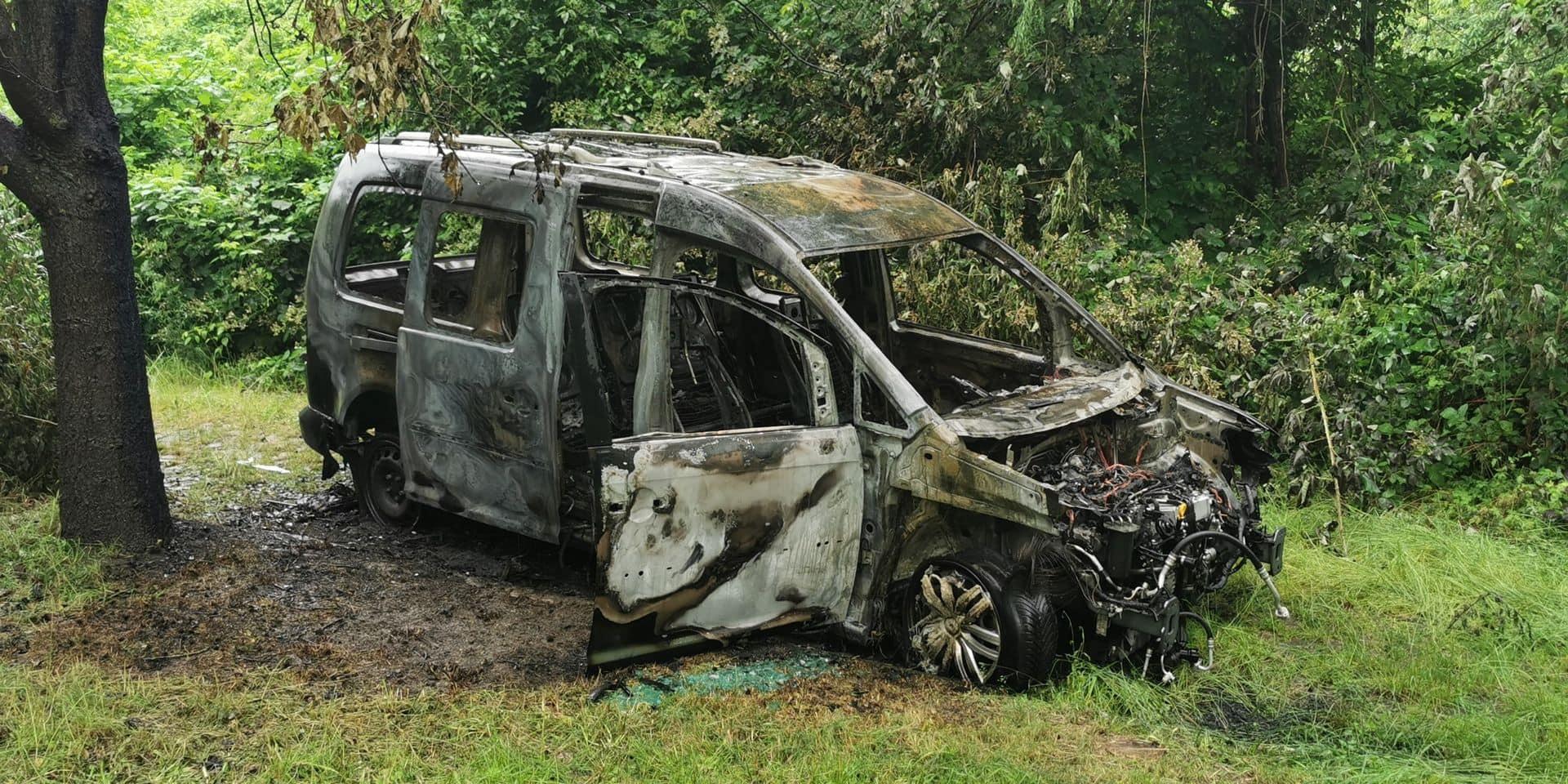 Une voiture brûle à Jumet, rue de l'Hermitage