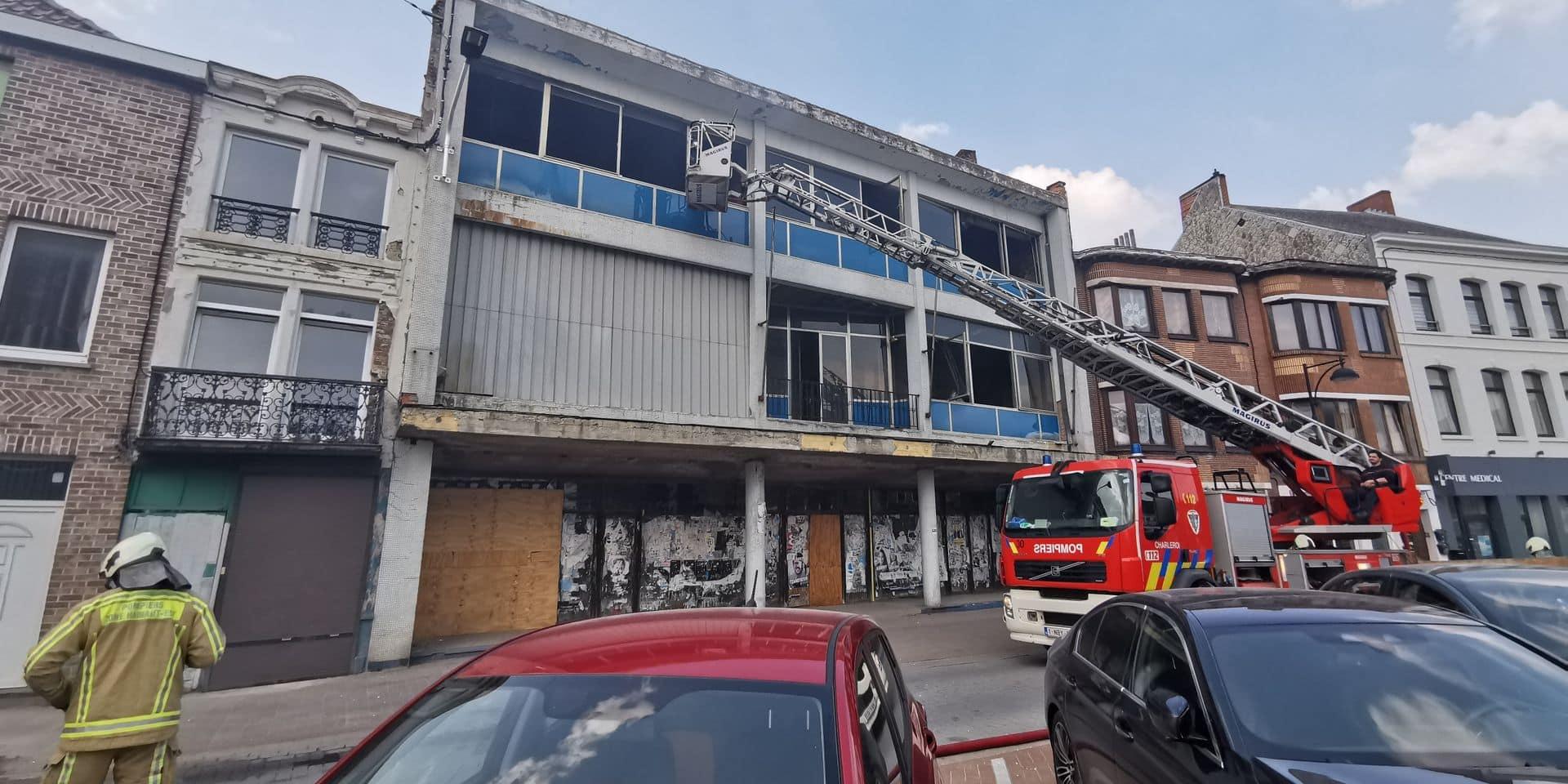 Incendie dans l'ancien Unic du centre de Gosselies: de gros embarras de circulation