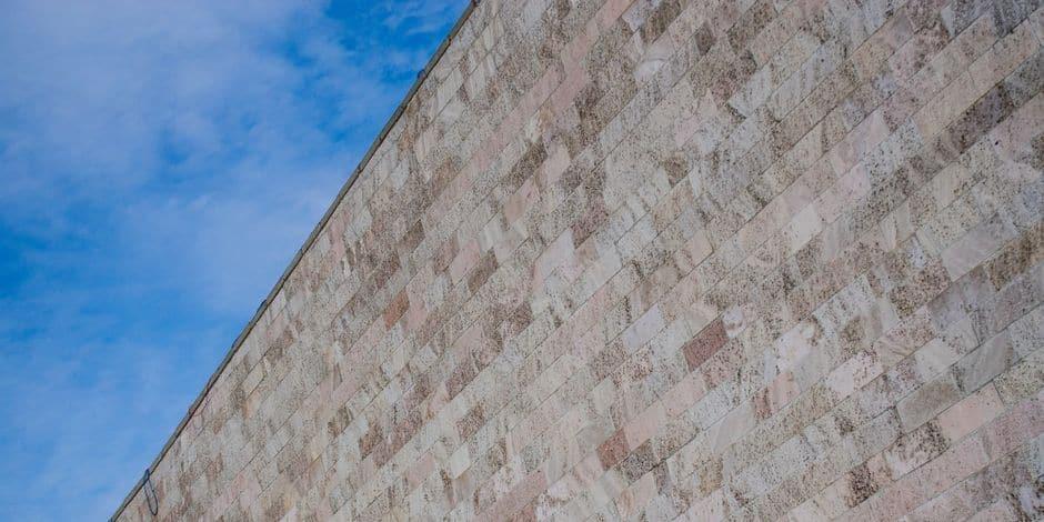 """Estinnes: Son jardin encerclé par un """"mur de la honte"""" à cause d'un conflit de voisinage"""