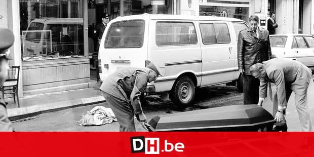 19820930 - WAVRE, BELGIUM (FILE) : This file picture dated 30 September 1982 is about the Brabant killers, a group (or maybe multiple groups) responsible for the attacks of supermarkets, restaurants, shops and arms stores throughout Walloon Brabant between 1982 and 1985. The picture is particularly about the attack of the Dekaise gunsmith at Wavre. The attack made one victim and several wounded. On the picture : people carrying the dead body of a policeman. BELGA PHOTO ARCHIVES