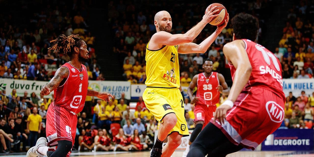 Antwerp's Paris Lee and Oostende's Dusan Djordjevic fight for the ball during the basketball match between BC Oostende and Antwerp Giants, Sunday 09 June 2019 in Oostende, the second game of a possible 5 in the finals of the playoffs of the 'EuroMillions League' Belgian first division basket competition. BELGA PHOTO KURT DESPLENTER