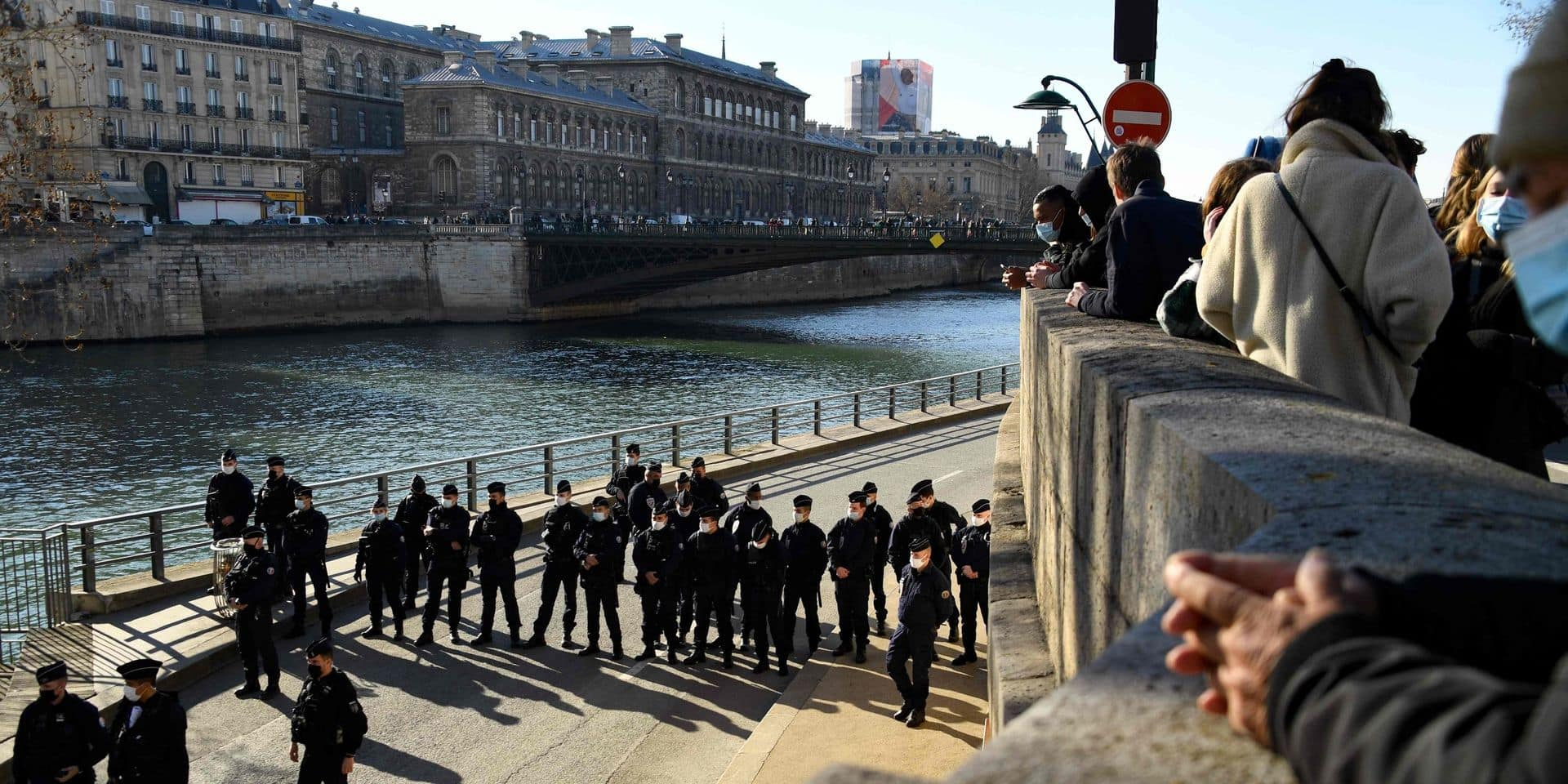 Les quais de Seine bondés à Paris, la police forcée d'intervenir