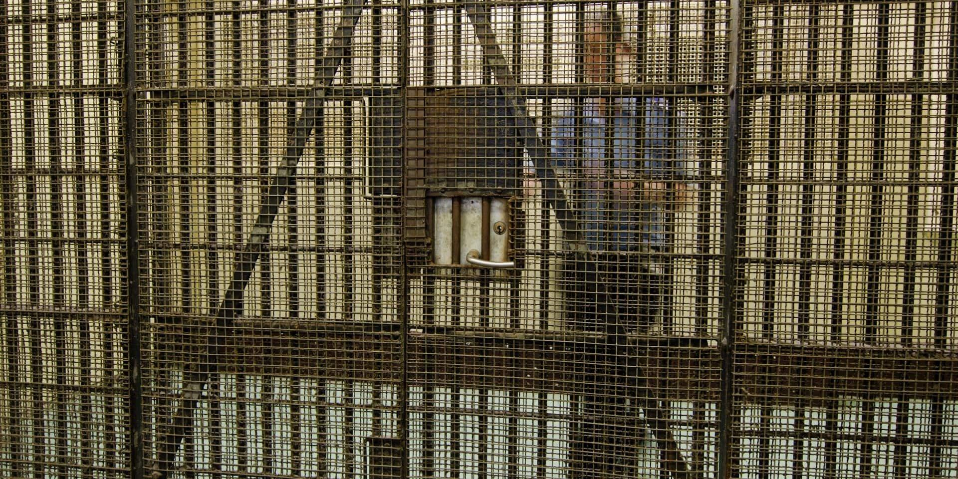 Un boss de Cosa Nostra sectionne le doigt d'un gardien de prison avant de l'avaler