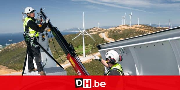 Windkraftanlagen Haouma Windfarm in Marokko, Servicetechniker kontrollieren schwindelfrei in luftiger Hoehe mit persoenlicher Sicherheitsausruestung im offenen Maschinenhaus. Insgesamt 22 Windkraftanlagen SWT 2.3 Siemens Windpower auf Hoehenzug des Rif erzeugen sauberen Strom, Gesamtleistung Windpark 50 Megawatt, Betreiber EEM Energie Eolienne du Maroc. Windkraft, Windkraftanlage, Windenergie, Windrad, Windenergieanlage, Rotorblatt, Rotorblaetter, Fluegel, Gondel, Nabe, Strom, Elektrizitaet, erneuerbare, regenerative, alternative Energie, Energiewende, Projekt Desertec, Service, Inspektion, Wartung, Arbeit, Arbeiter, Arbeitsplatz, Techniker, PSA, Duo, Team, Teamarbeit, Haouma zwischen Tanger und Tetouan, Marokko, Nordafrika, Afrika. 09. April 2014 Engl.: Africa, North Africa, Morocco, Haouma between Tanger and Tetouan, wind farm Haouma, 22 wind turbines SWT 2.3 Siemens Windpower, on the mountain range of the Rif, producing 50 megawatt, operator EEM Energie Eolienne du Maroc, mountains, landscape, wind power, wind turbines, rotor blade, electricity, power, renewable, regenerative, alternative, energy, project Desertec, technicians, team, workers, maintaining, repairing, 09 April 2014 Reporters / Laif *** Local Caption *** 19089636