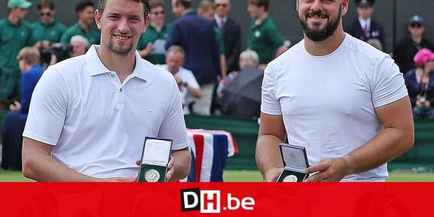 Belgium's Joachim Gerard (R) and Sweden's Stefan Olsson pose with their runners-up medals after losing to Britain's Alfie Hewett and Britain's Gordon Reid during their mens' wheelchair doubles final match on the twelfth day of the 2018 Wimbledon Championships at The All England Lawn Tennis Club in Wimbledon, southwest London, on July 14, 2018. Britain's Alfie Hewett and Britain's Gordon Reid won the match 6-1, 6-4. / AFP PHOTO / Daniel LEAL-OLIVAS / RESTRICTED TO EDITORIAL USE