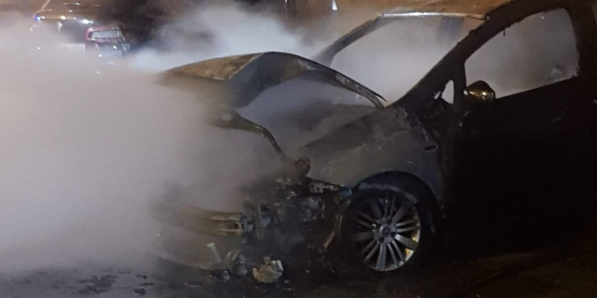 Une voiture en feu sur la place Roosevelt à Courcelles