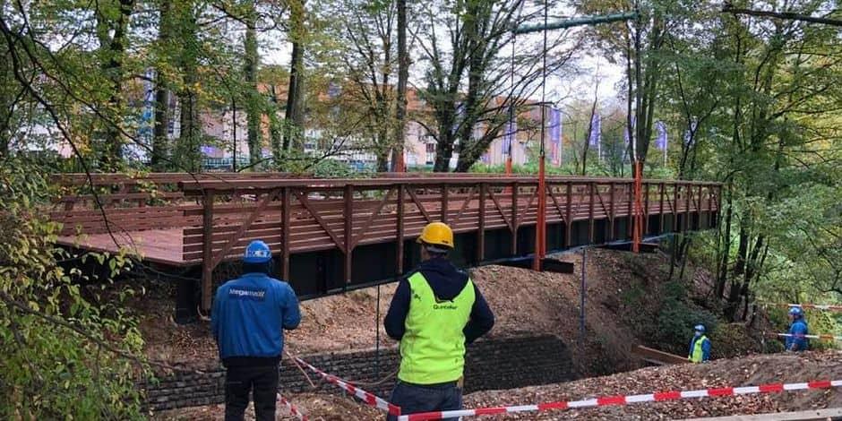 Anderlecht : une nouvelle passerelle de 25 mètres de long installée dans le parc Astrid