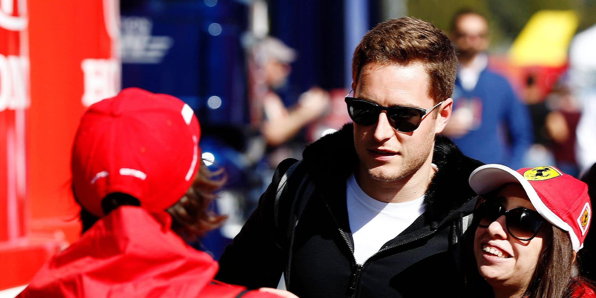 Stoffel Vandoorne poses for a photo with a fan FORMULE 1 : Pre saison 2019 - Essais - Barcelone - 26/02/2019 © PanoramiC / PHOTO NEWS PICTURES NOT INCLUDED IN THE CONTRACTS ! only BELGIUM !
