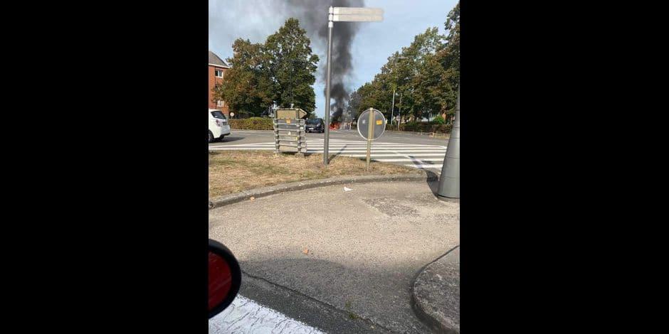 Mons: une voiture en feu à la porte du Parc