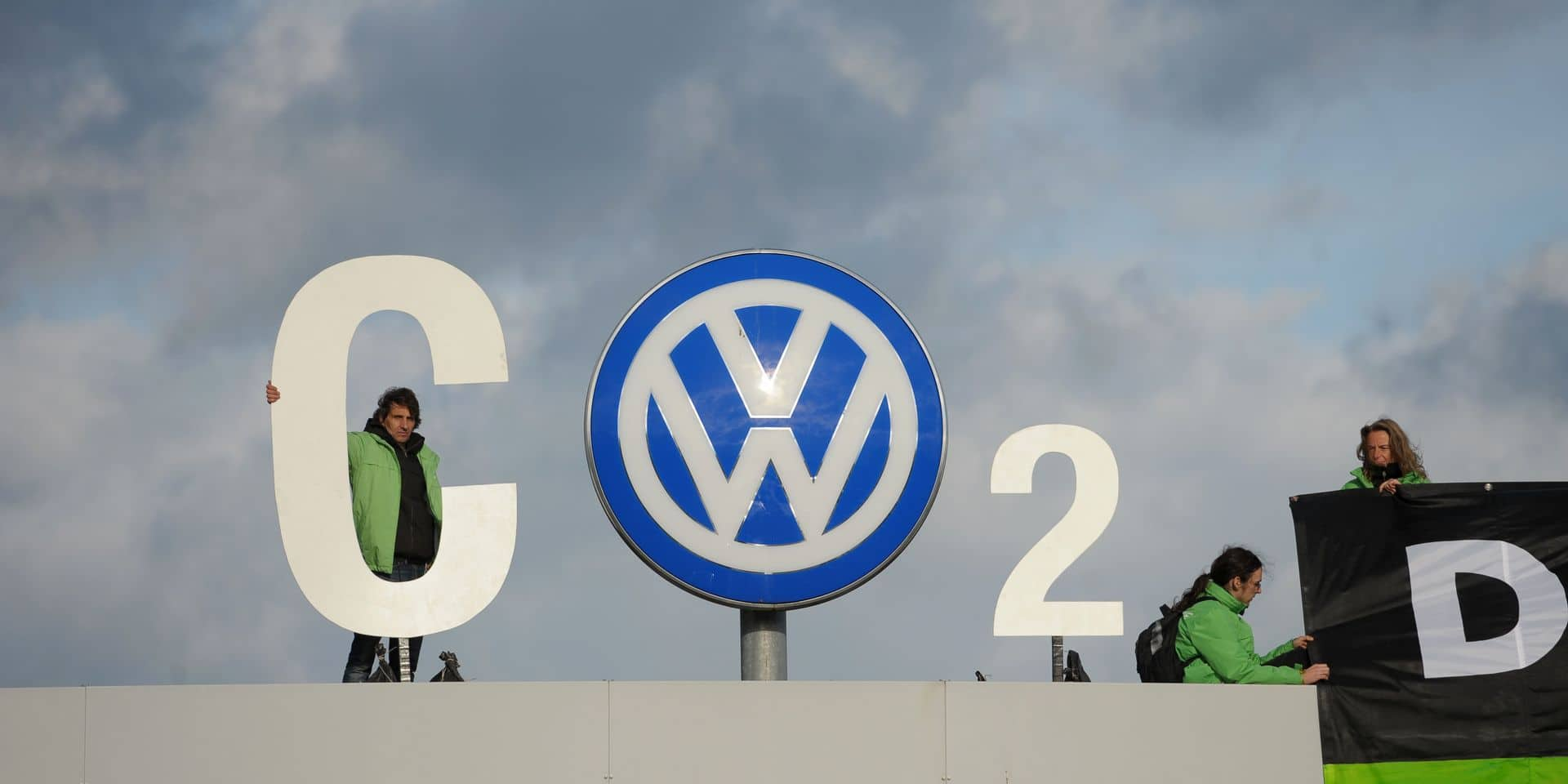 Greenpeace activists welcome VW supervisory committee