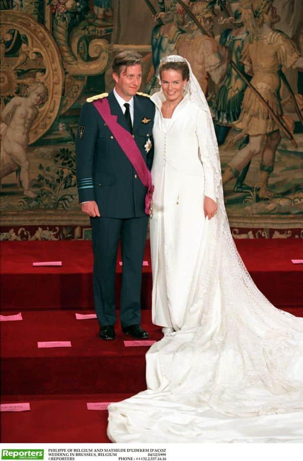 Le 4 décembre 1999, la princesse Mathilde porte une magnifique robe conçue par Edouard Vermeulen, le fameux couturier de notre famille royale.