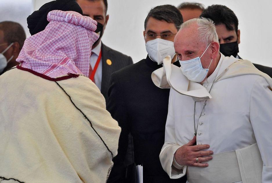 Le pape François est reçu à la Maison d'Abraham dans l'ancienne ville d'Ur, dans la province de Dhi Qar, au sud de l'Irak, le samedi 6 mars 2021.