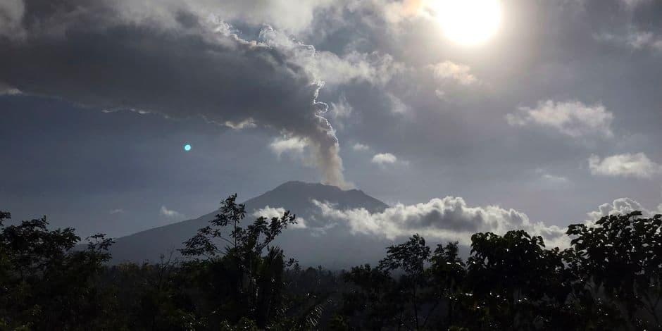 Éruption volcanique à Bali: l'aéroport rouvert après une brève fermeture