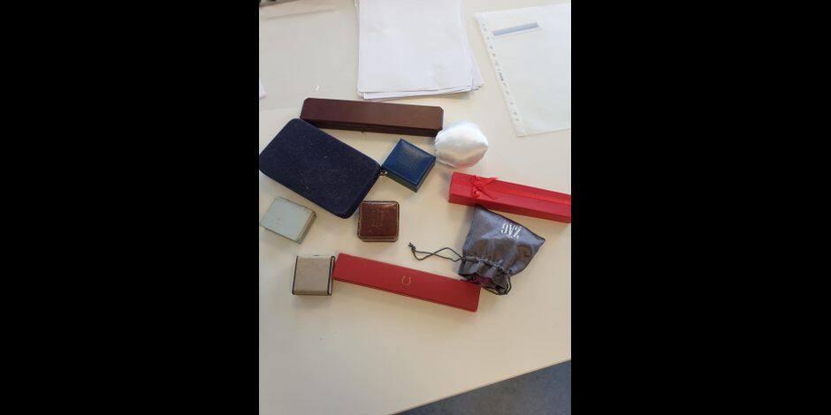 Des boîtes ayant contneu des bijoux, retrouvées