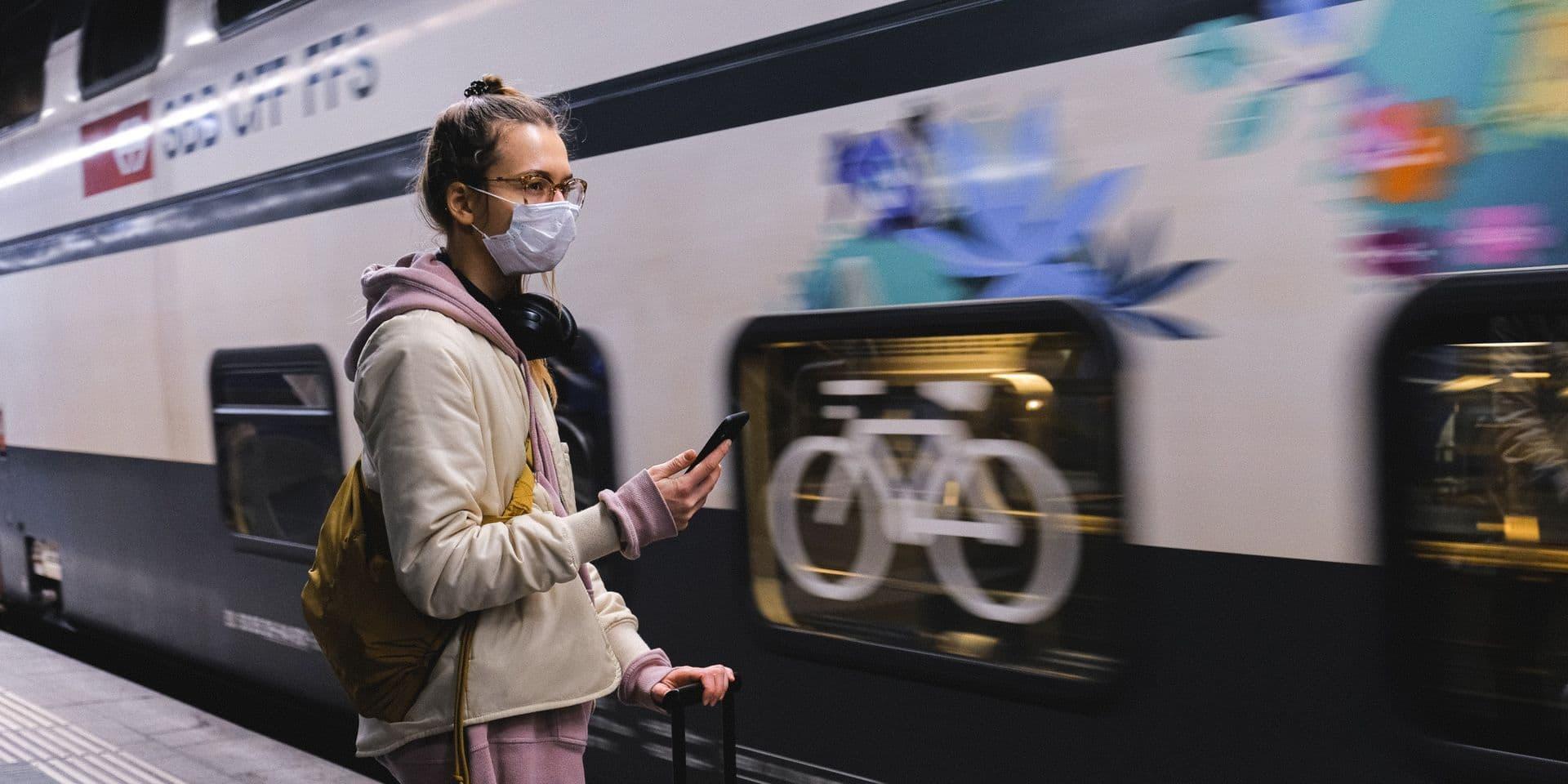 Il reçoit une amende de 135 euros pour non-port du masque, alors qu'il est en train de manger