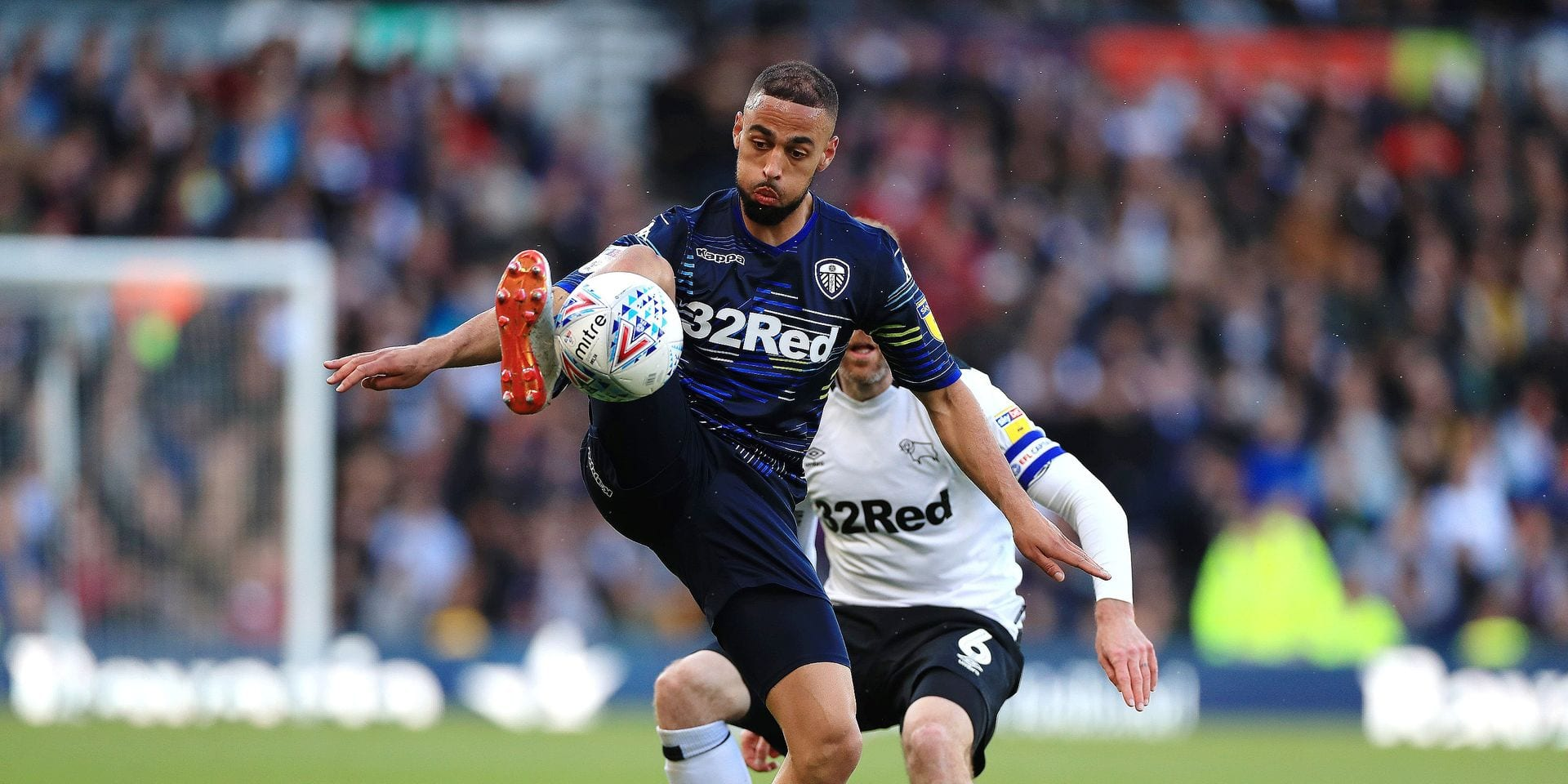 Leeds United's Kemar Roofe (centre) Derby County's Richard Keogh (left) battle for the ball during the Sky Bet Championship Play-off, Semi Final, First Leg at Pride Park, Derby. ! only BELGIUM !