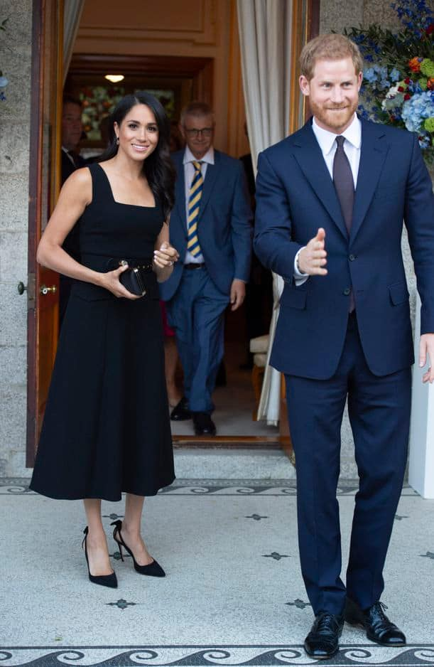 Meghan Markle a misé sur une petite robe noire du plus bel effet assortie de stilettos Aquazzura, une marque qu'elle adore.