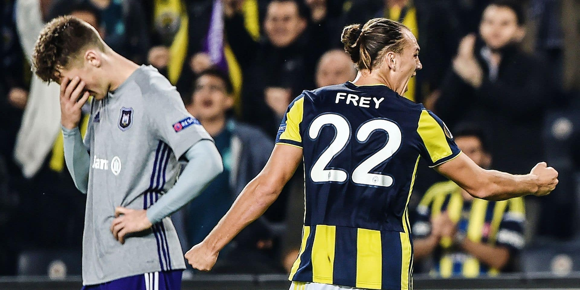 Fenerbahce's player Fenerbahce's Swiss forward Michael Frey celebrates as an Anderlecht's Belgian defender Alexis Saelemaekers reacts during their UEFA Europa League Group D match, Fenerbahce versus Anderlecht, at Ulker Stadium in Istanbul on November 8, 2018. (Photo by BULENT KILIC / AFP)