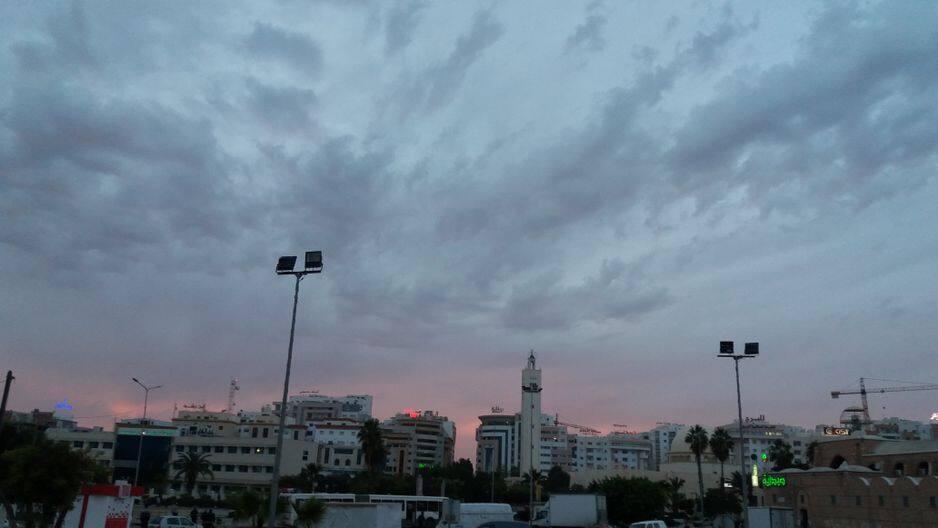 Au milieu des anciennes pierres, les bâtiments modernes sont légion dans ce cœur économique de la Tunisie, deuxième ville du pays.