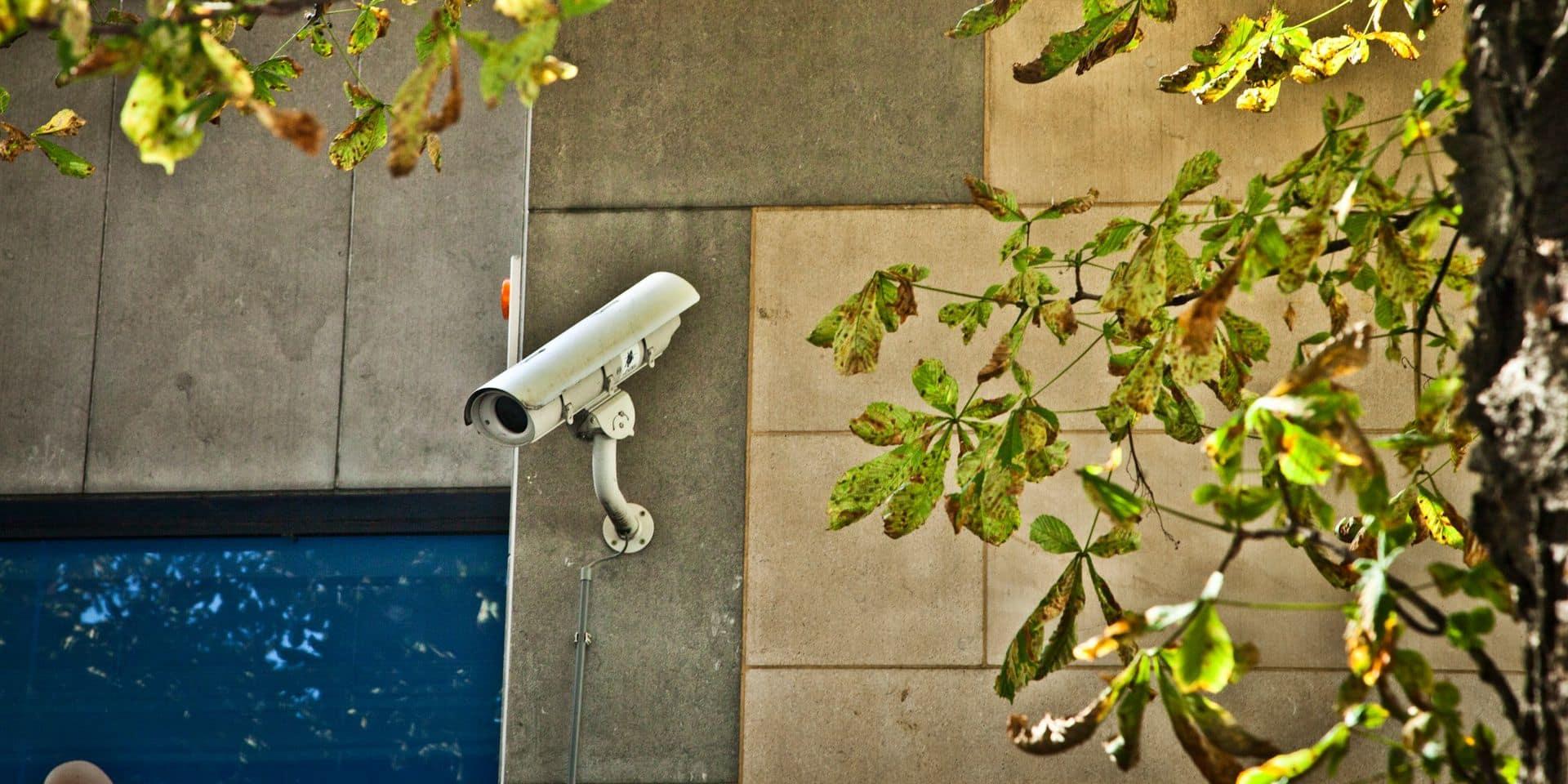 Confinés, des Britanniques utilisent leurs caméras de surveillance pour espionner leurs voisins
