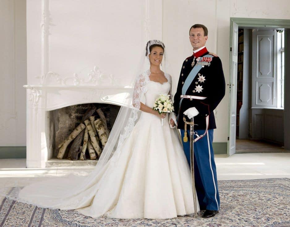 Marie Cavallier épouse le prince Joachim en mai 2008. Sa robe entièrement en dentelle a été conçue par David Arasa et Claudio Morelli de la maison de haute couture suisse Arasa Morelli. La princesse danoise a d'ailleurs fait ses études en Suisse, au Collège Alpin Beau Soleil.