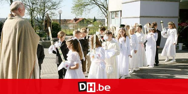 Children line up to enter the church for their First Communion in Baierbrunn, Germany, 15 April 2007. Photo: Stephan Jansen REPORTERS / DPA A3344 Stephan Jansen