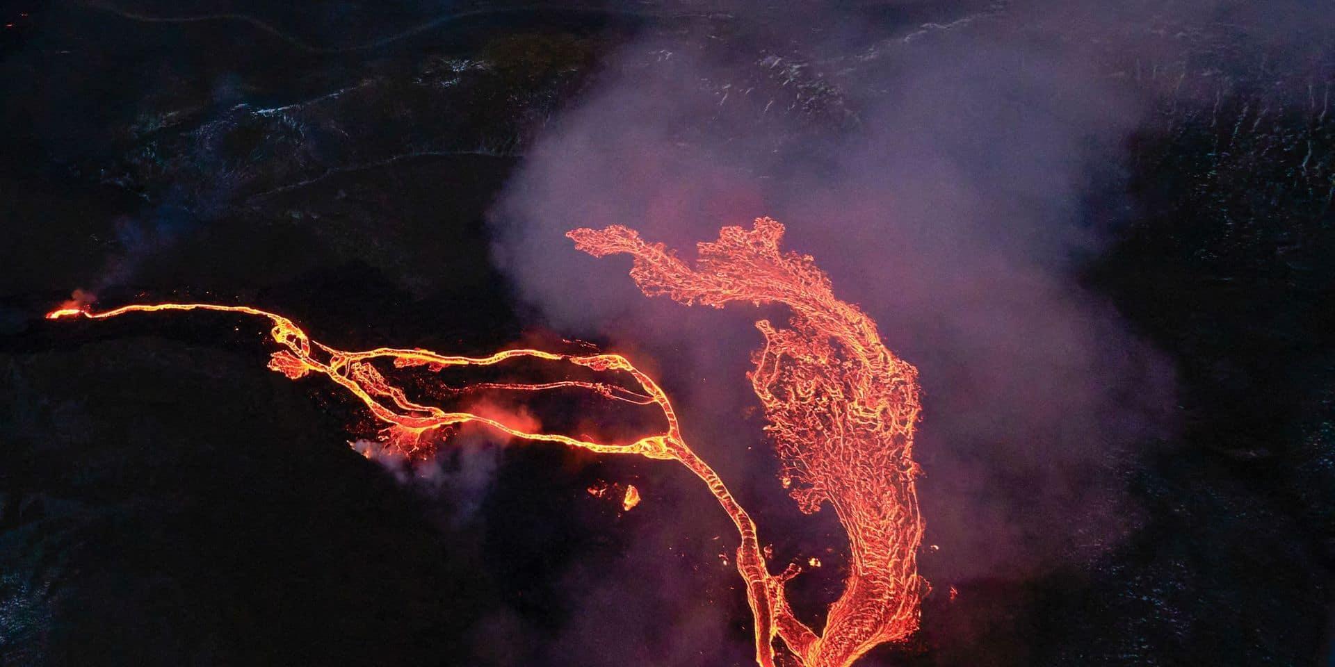 Les images impressionnantes d'un volcan islandais en éruption (VIDEO)