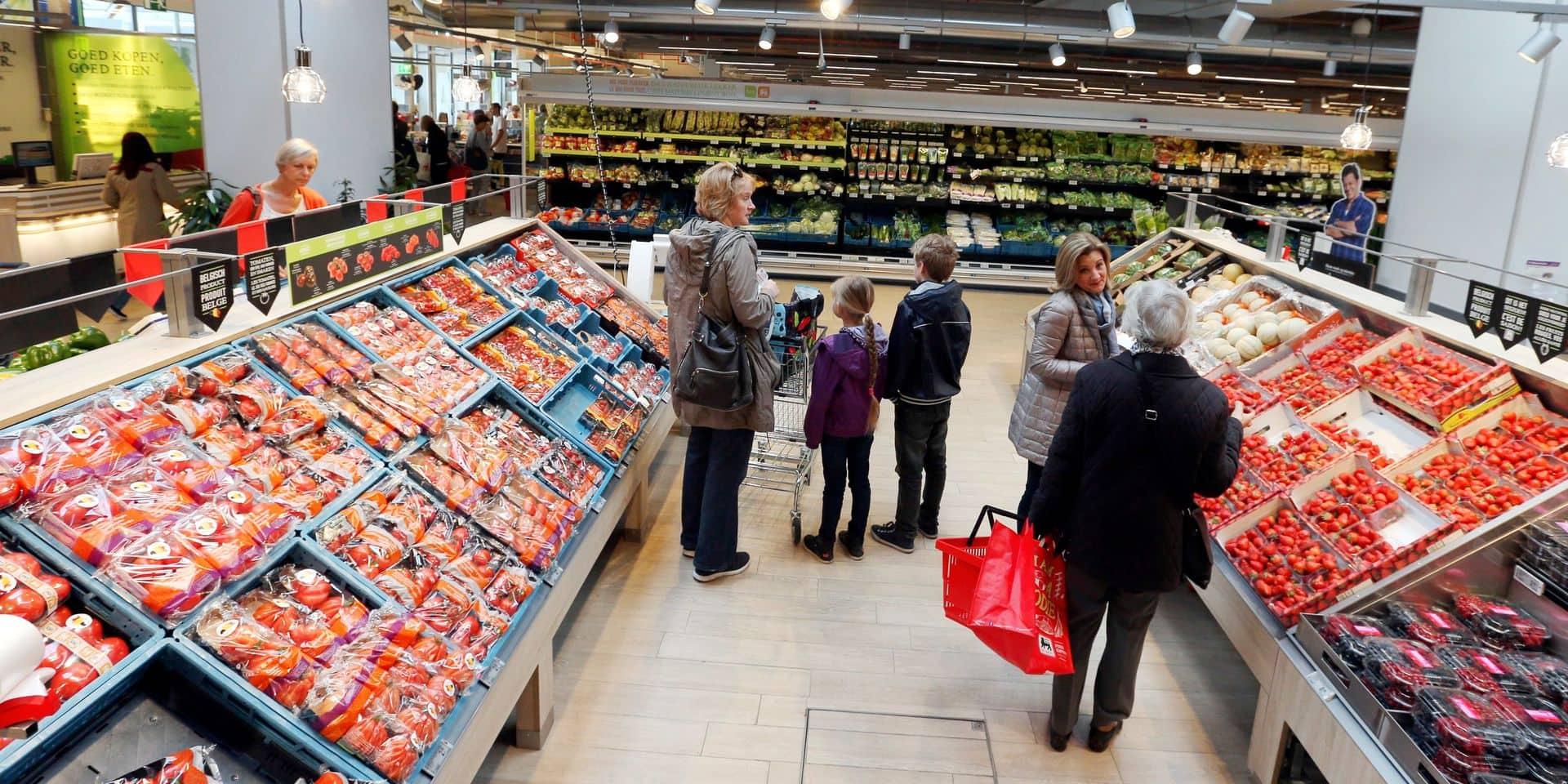 Delhaize vous accueille… au marché. Le nouveau concept de supermarché met en avant l'offre de produits frais dans un cadre aéré et lumineux. Primeur : Wezmbeek-Oppem.