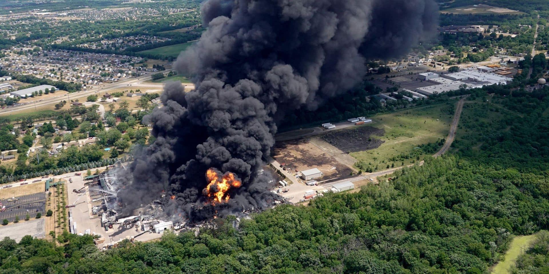 Etats-Unis: incendie impressionnant dans une usine chimique, les habitants des alentours évacués