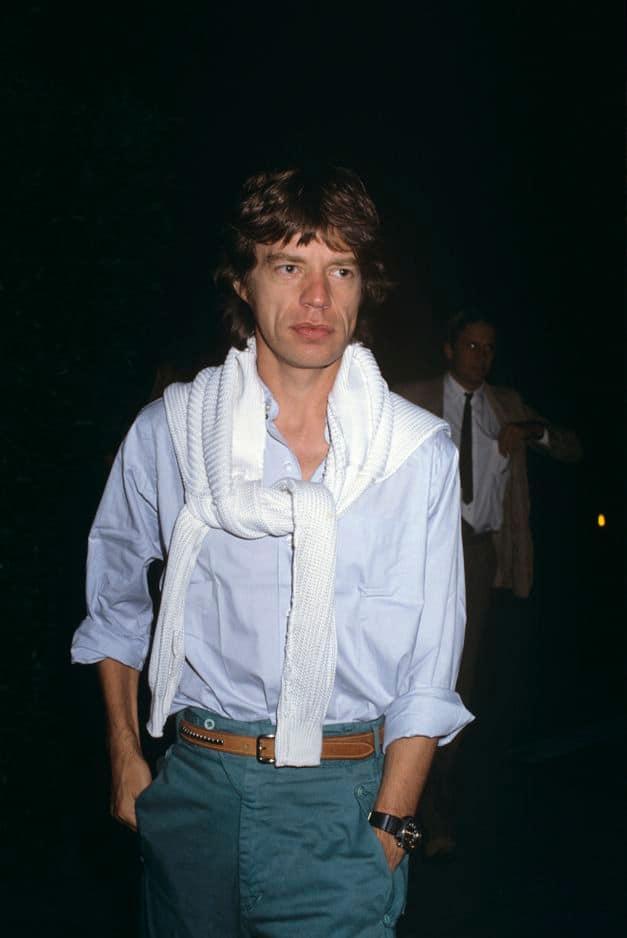 Durant les années 1980, le chanteur se serait-il assagi ? Ce look preppy, pull enroulé autour du cou, le suggère.