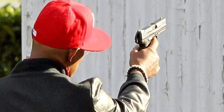 Bastogne: il menace deux hommes avec un faux pistolet, ces derniers le massacrent