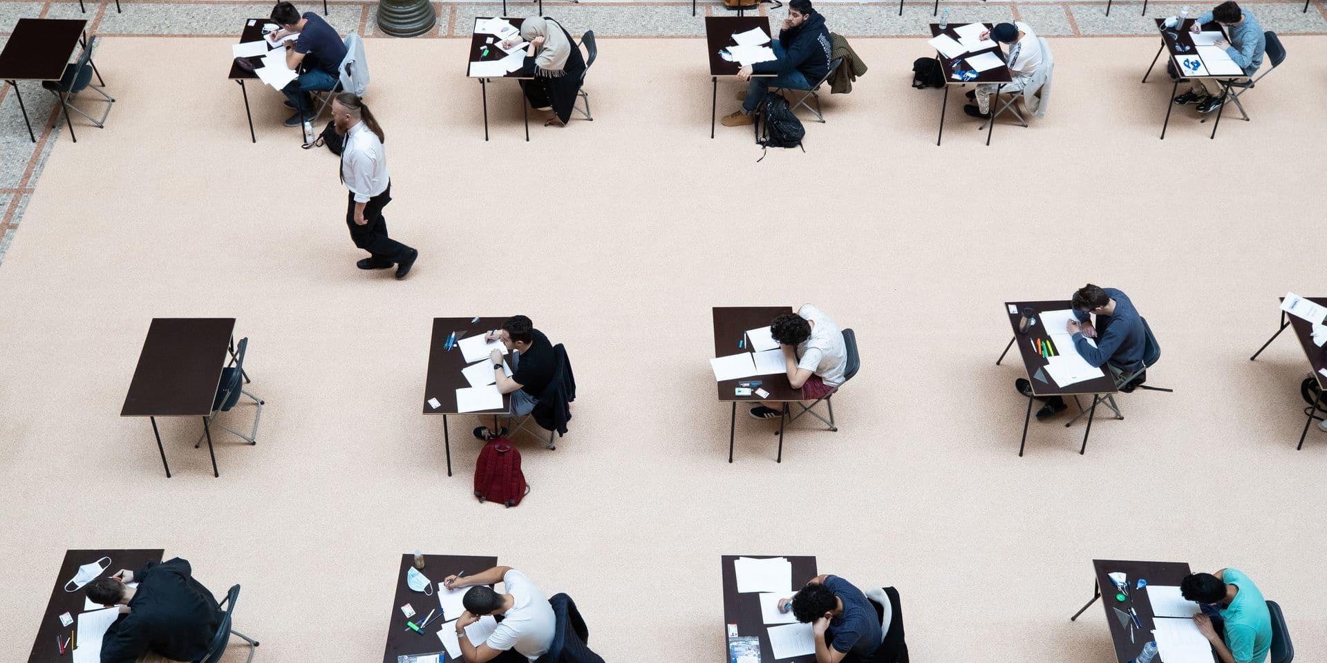 """Les étudiants du supérieur inquiets à l'approche des examens: """"Nous avons peur de relancer l'épidémie"""""""