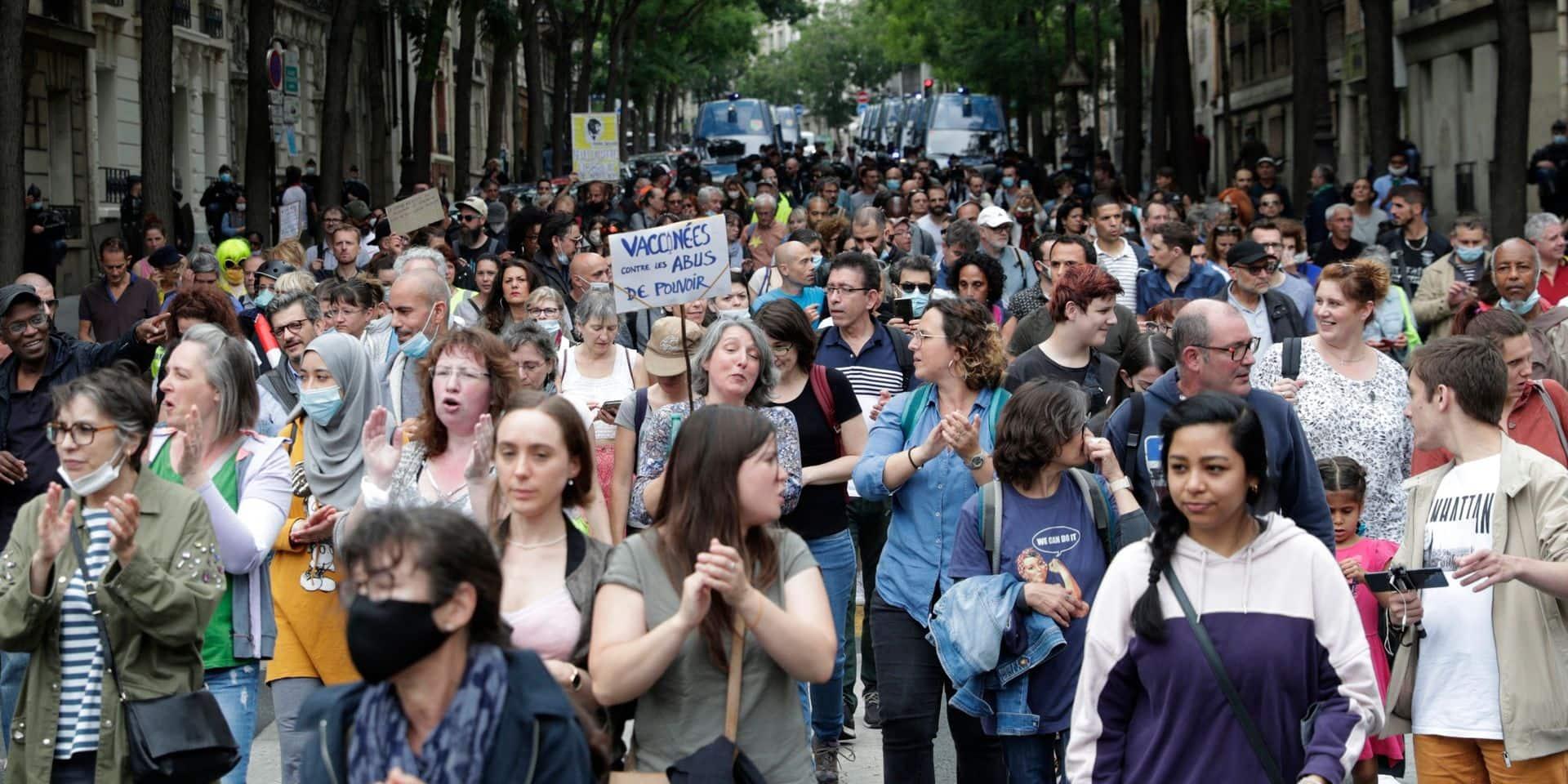 En France, des milliers de manifestants contre la vaccination et le pass sanitaire : neuf interpellations