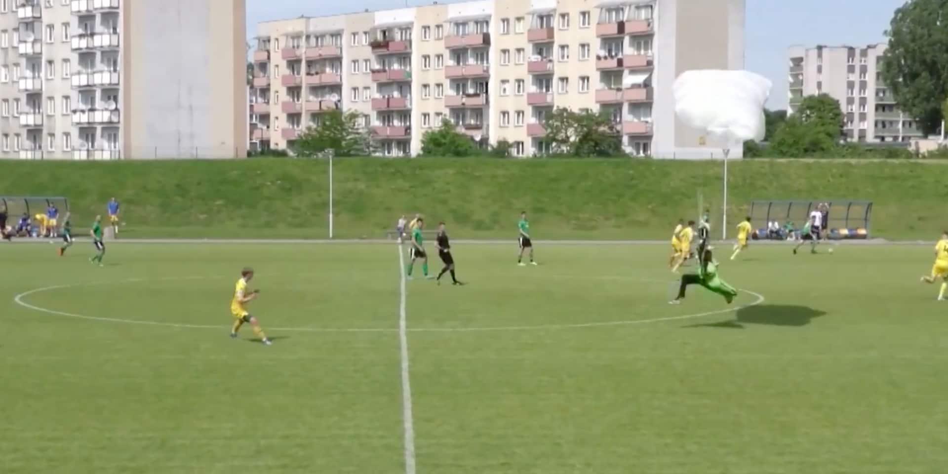 Un parachutiste atterrit sur un terrain de football et reçoit un carton jaune (VIDEO)