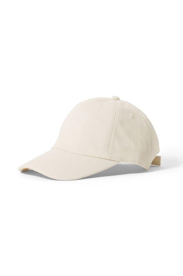 Une casquette contre le soleil, toute belle en blanc sans être sport. Weekday, 25€