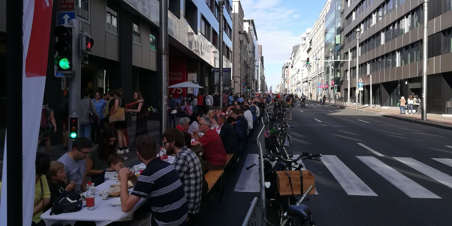 Journée sans voiture: la rue de la Loi se transforme en un immense banquet