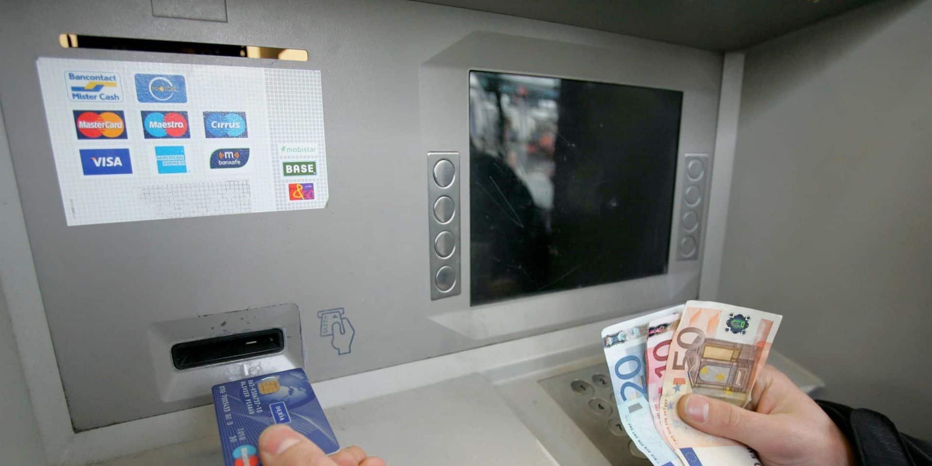 """Test Achats peste contre la future diminution des distributeurs en Belgique: """"Les banques se la jouent solo"""""""