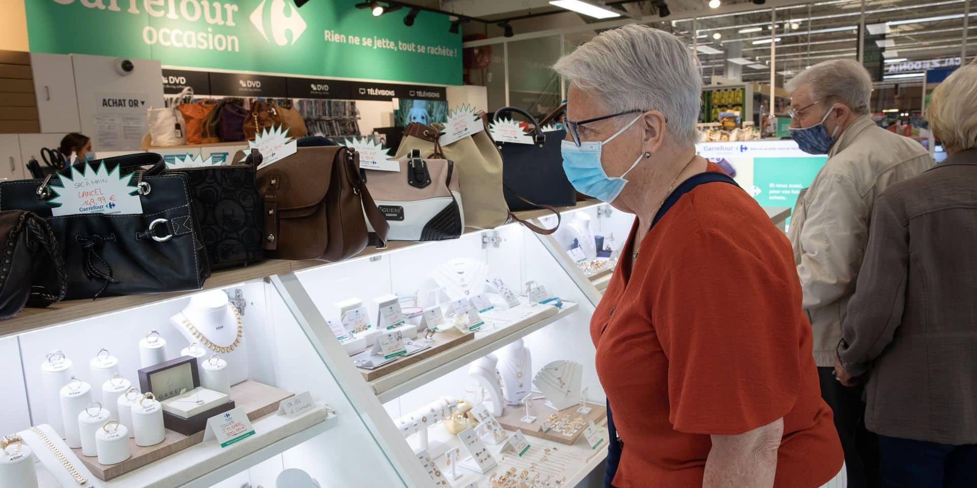 """Carrefour des Ulis ( Essonne), début juillet. Depuis quelques jours, le magasin Carrefour a ouvert un corner """"Cash Conventers"""", baptisé """"Carrefour occasion"""", où l'on peut acheter ou vendre des produits d'occasion tels que des bijoux, sacs à main, tél?"""