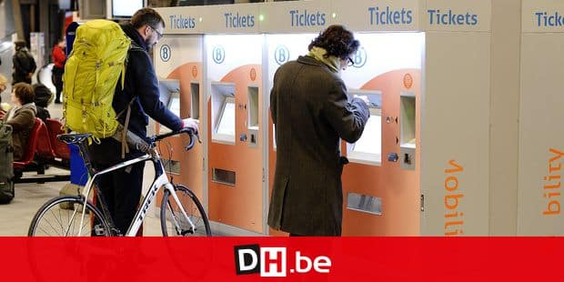 20160105 - BRUSSELS, BELGIUM: Illustration picture shows passengers buying a travel ticket at Brussel Zuid - Bruxelles Midi railway station ahead of a 48-hour strike of CGSP Cheminots and CSC Transcom, Francophone unions of Belgian railway company NMBS-SNCB, Tuesday 05 January 2016 in Brussels. Flemish unions decided to suspend the strike in order to reach an agreement with the government. BELGA PHOTO ERIC LALMAND