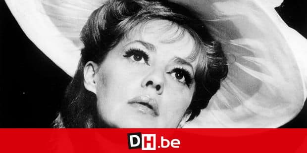"""Jeanne Moreau sur le plateau du film """"Viva Maria"""" avec des """"anglaises"""" postiches de Desfosse le 6 decembre 1965 Neg:A15344PL --- Jeanne Moreau on set of film """"Viva Maria"""" december 6, 1965 REPORTERS / Rue_des_Archives"""