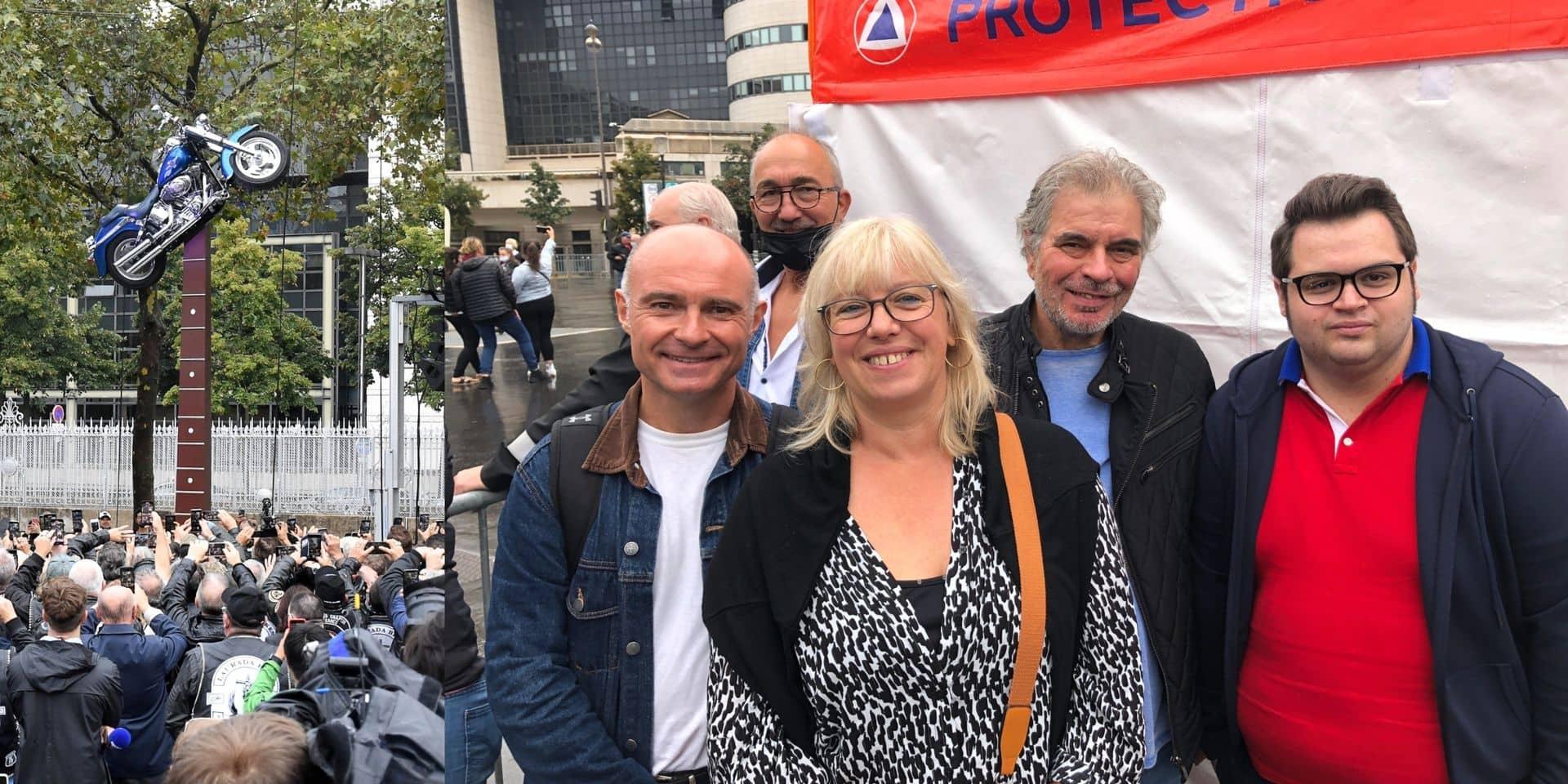 """Une fan belge à l'esplanade Johnny Hallyday, à Paris, déçu comme beaucoup d'autres : """"C'est moche, ce n'est pas Johnny !"""""""